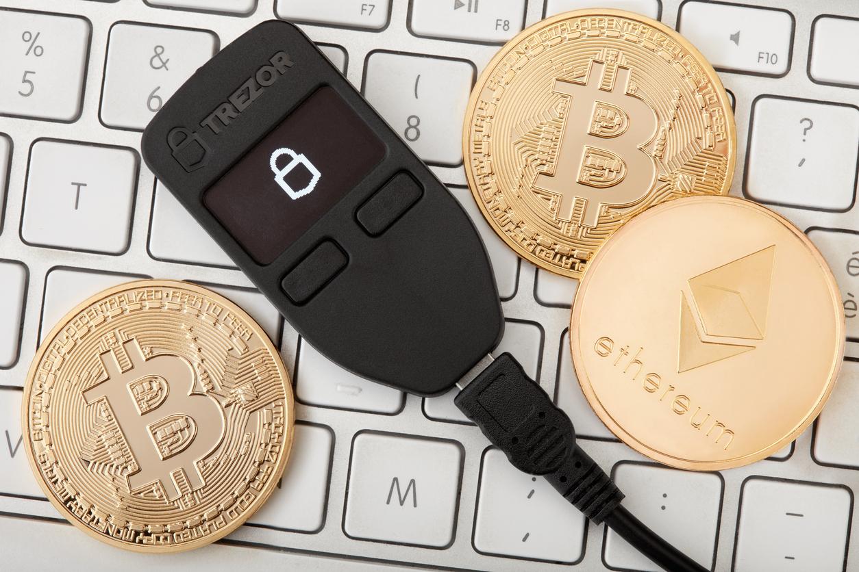 Denuncian aplicación falsa de Trezor que buscaba robar criptos